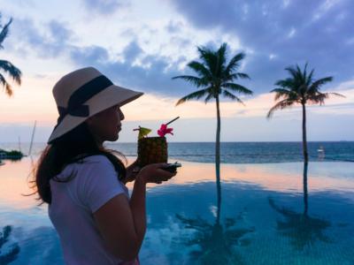 綺麗なサンセットも楽しめる!沖縄リゾートで楽しむナイトプール