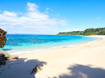 """「大泊海滩」位于从冲绳本岛开车可前往的离岛""""伊计岛"""",在这可以 体验未经加工的纯天然海滩!"""