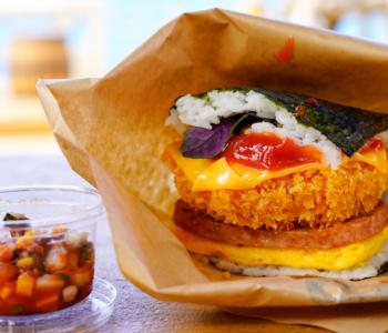 みんなも食べて♪沖縄県民がこよなく愛するソウルフード「ポークたまごおにぎり」